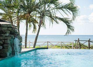 Hotel-beachfront-pool